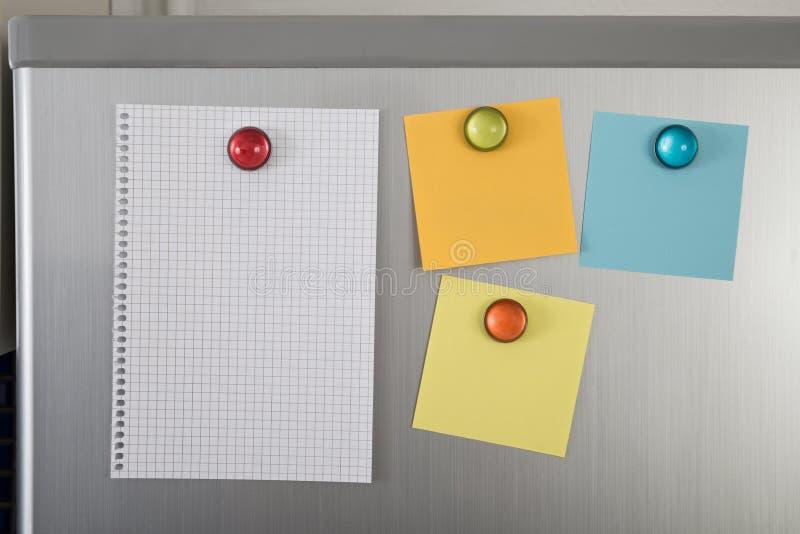 Lege nota's over koelkast stock afbeelding