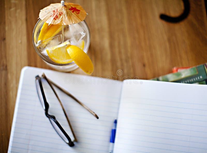 Lege notitieboekje, pen en drank stock fotografie