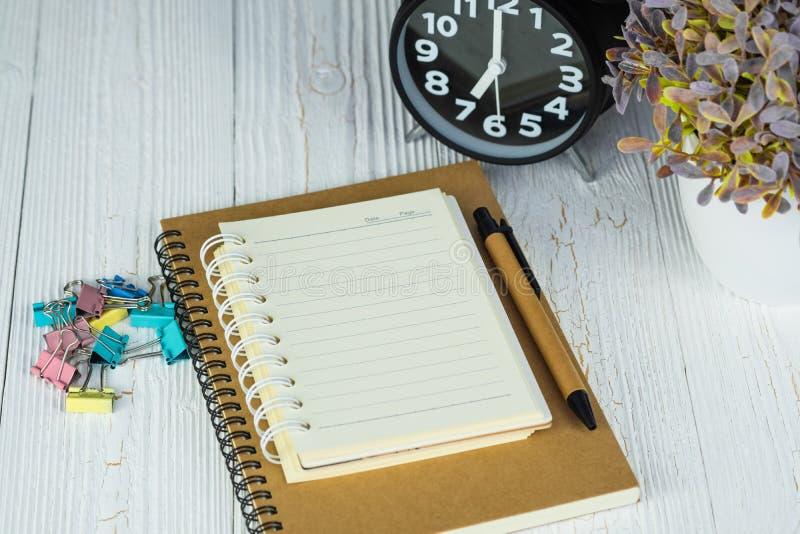 Lege notitieboekjedocument pagina en pen op hout stock afbeelding