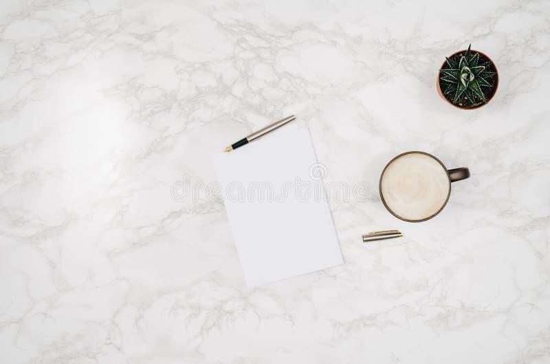 Lege notitieboekjepagina op witte marmeren lijstachtergrond royalty-vrije stock foto