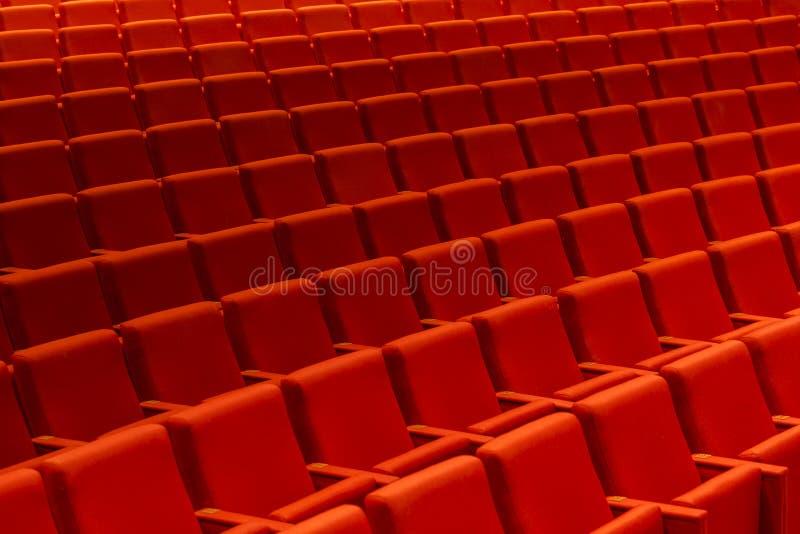 Lege oditorium met rode bioskoop of theaterzetels, stoelen stock afbeeldingen