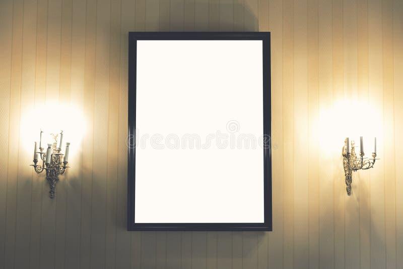 Lege omlijsting op de muur in uitstekend binnenland stock fotografie