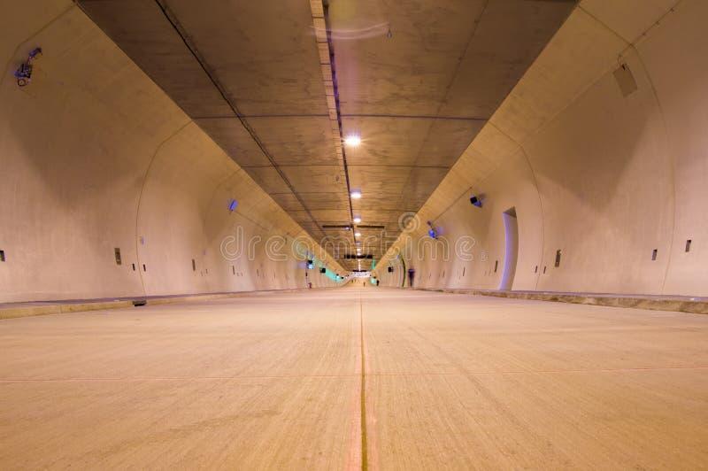 Lege ondergrondse tunnelpassage voor verkeer stock foto