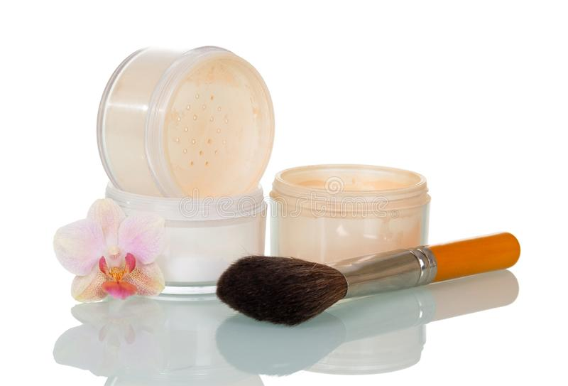 Lege open kruiken van poeder, kosmetische borstel en isol van de orchideebloem stock fotografie