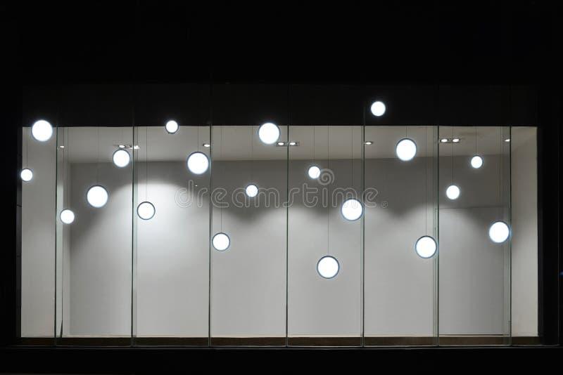 Lege opslagetalage met geleide gloeilampen, LEIDENE die lamp in winkelvenster wordt gebruikt, Commerciële decoratie royalty-vrije stock afbeelding