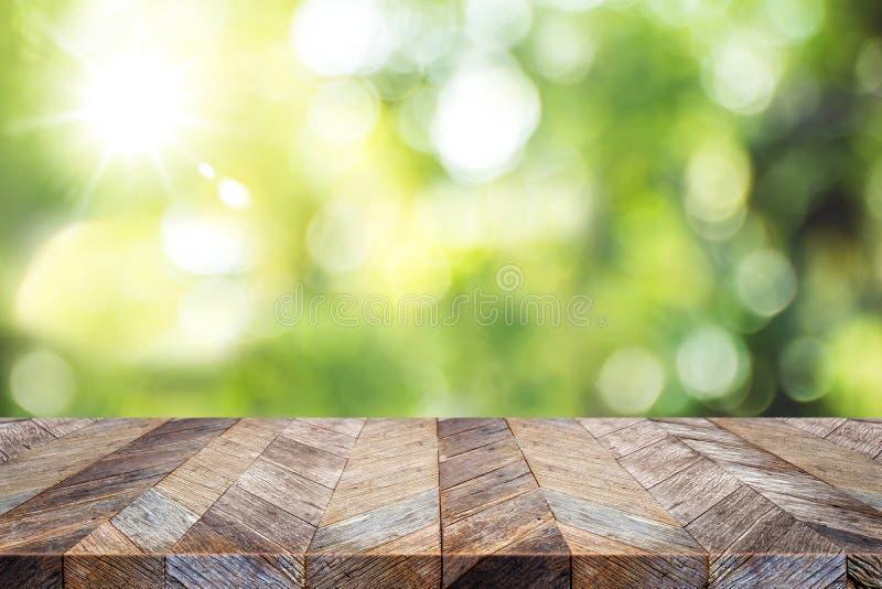 Lege oude de lijstbovenkant van de grunge houten plank met onduidelijk beeld groene boom in pa royalty-vrije stock foto's