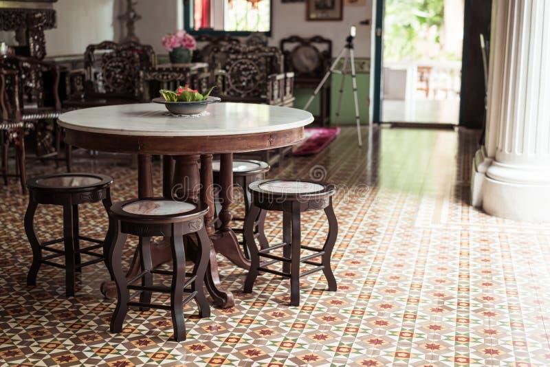 lege oude en uitstekende lijst en stoeldecoratie in een ruimte stock afbeelding
