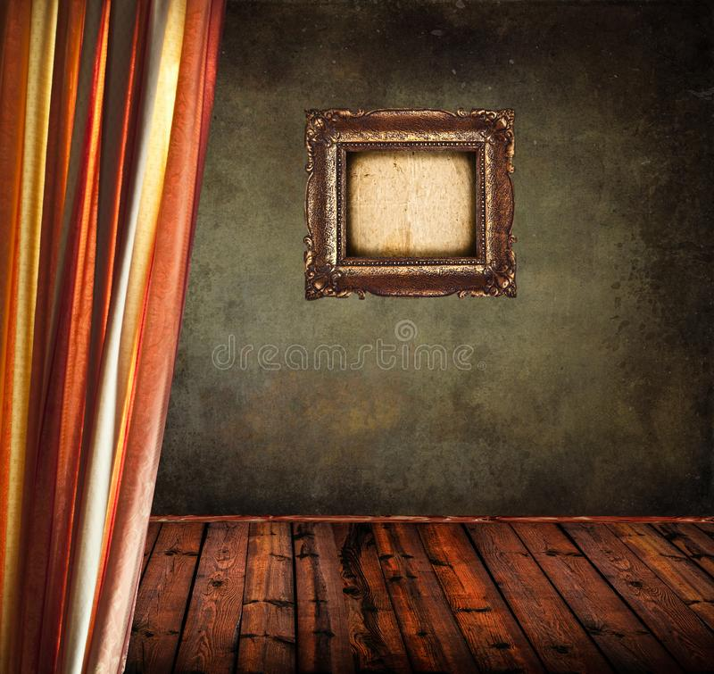 Lege oude grungeruimte met gordijn en leeg uitstekend kader royalty-vrije stock afbeeldingen