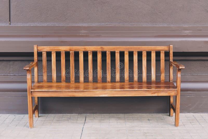 Lege oude houten stoel en muurachtergrond royalty-vrije stock afbeelding