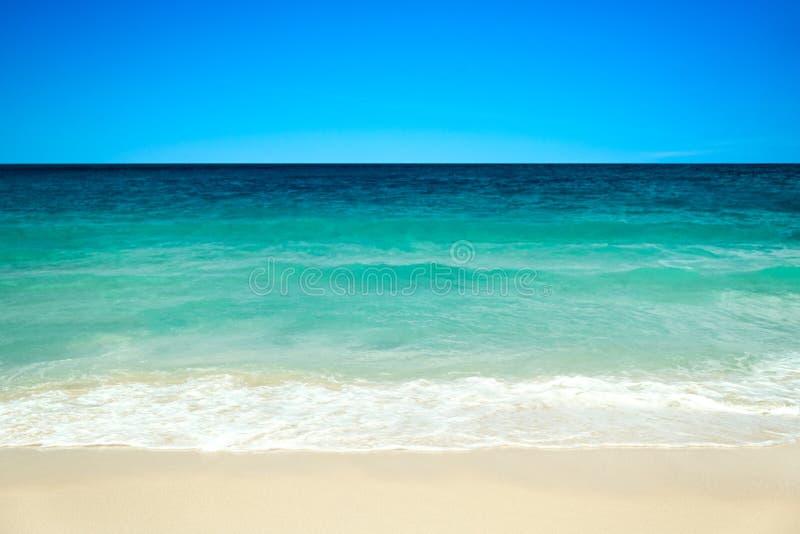 Lege overzeese en strandachtergrond met exemplaar ruimte, Lange blootstelling, de abstracte achtergrond van de onduidelijk beeldm stock foto