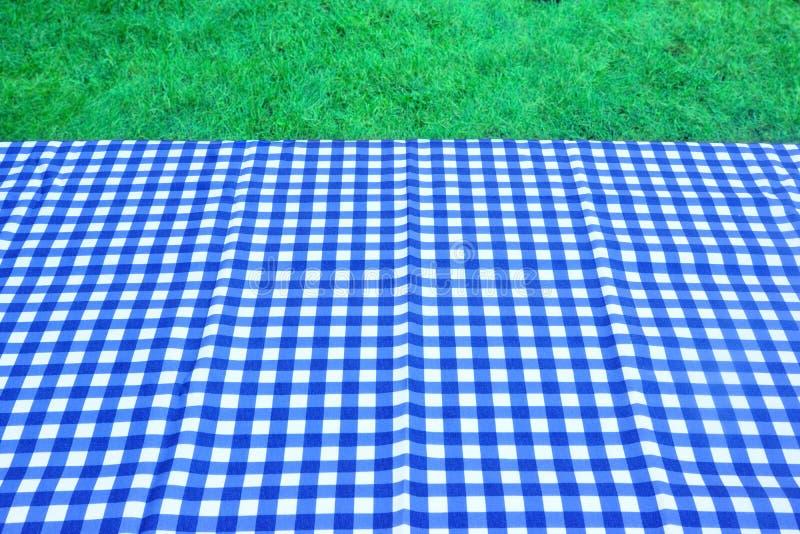 Lege Picknicklijst met Blauwe Witte Tafelkleedachtergrond stock foto's