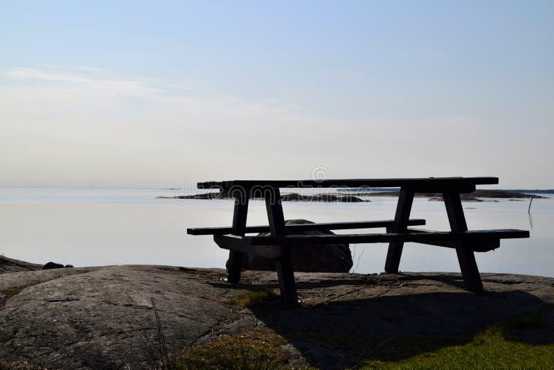 Lege picknicklijst met rustig water op de achtergrond royalty-vrije stock foto's