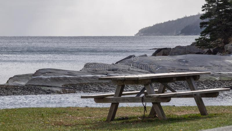 Lege picknicklijst in park met oceaanachtergrond royalty-vrije stock foto's