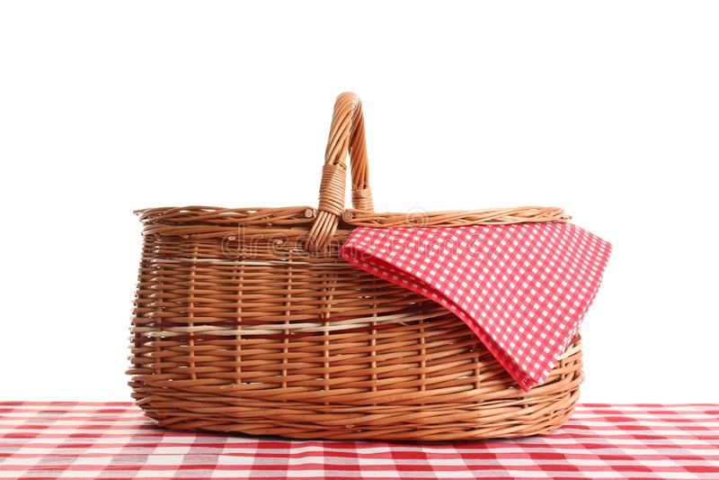 Lege picknickmand op geruit tafelkleed stock foto's