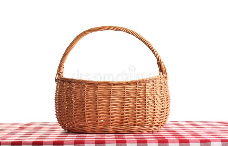 Lege picknickmand op geruit tafelkleed stock foto