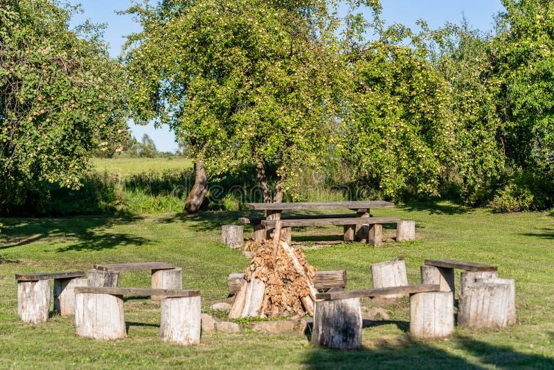 Lege Picknickplaats in de Tuin met Open haard royalty-vrije stock afbeelding