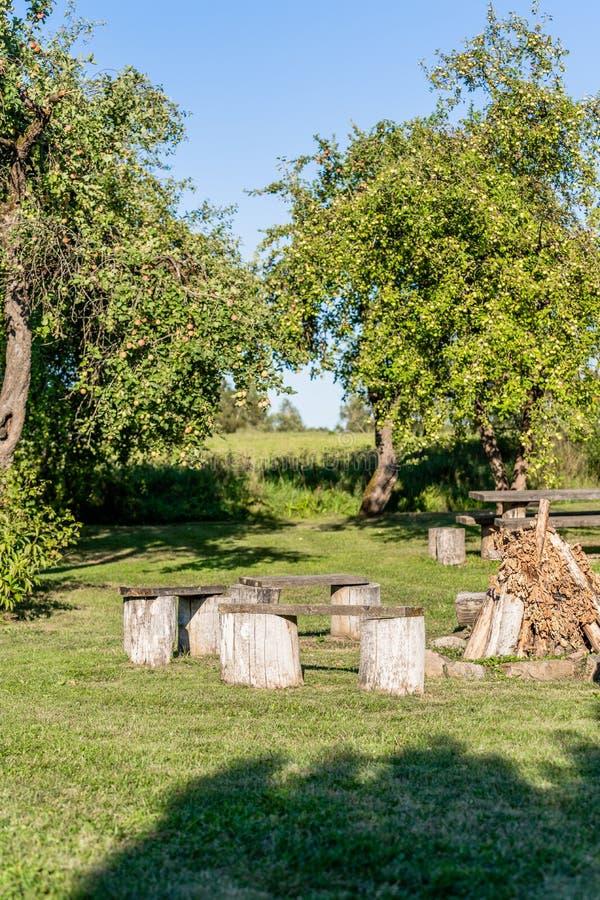 Lege Picknickplaats in de Tuin met Open haard stock afbeeldingen