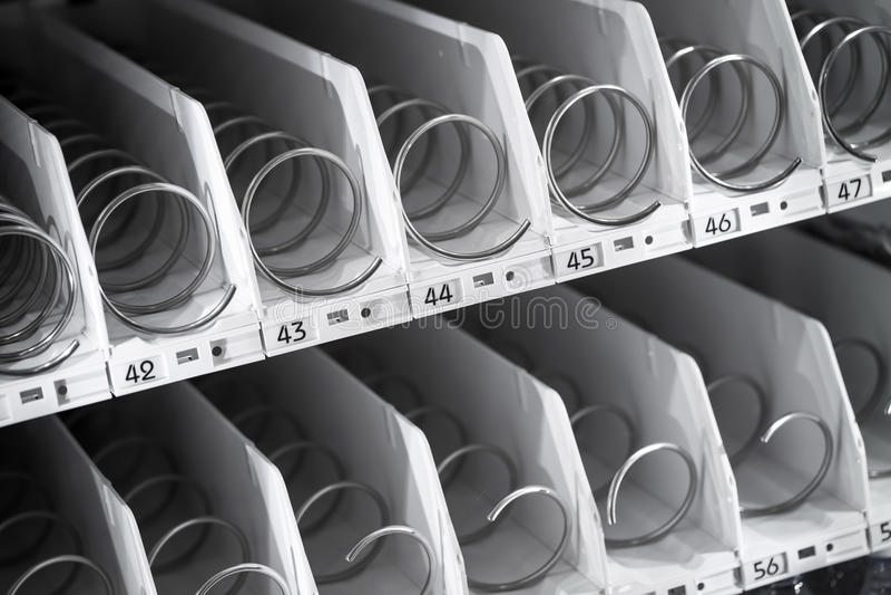 Lege plank van automaat stock afbeeldingen