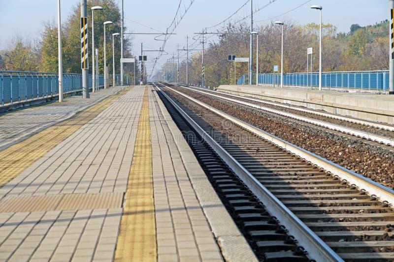 Lege platforms zonder treinen en mensen bij eindstation stock afbeelding