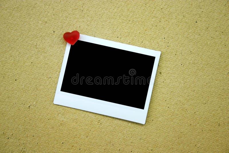 Download Lege Polaroid Die Op Muur Wordt Gespeld Stock Afbeelding - Afbeelding bestaande uit speld, gespeld: 284707