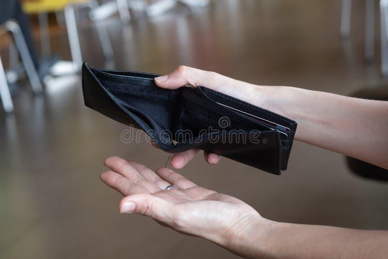 Lege portefeuille in de handen van vrouw Brak, doen failliet gaan concept royalty-vrije stock afbeelding
