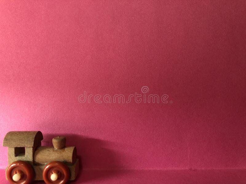 Lege prentbriefkaar met treincijfer, notadocument op roze achtergrond stock afbeelding