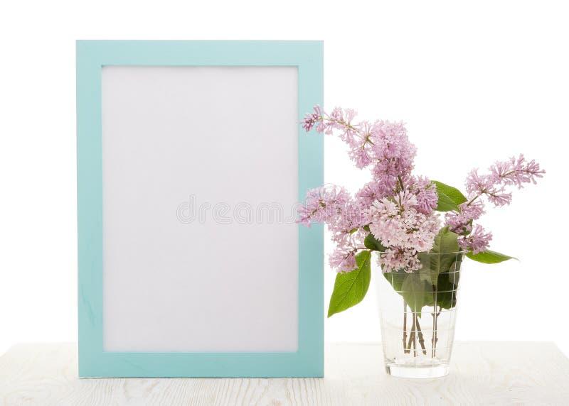 Lege raad en Lilac bloemen royalty-vrije stock afbeelding