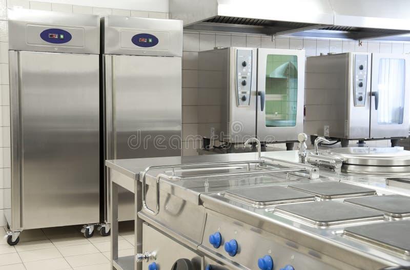 Lege restaurantkeuken met beroepsuitrusting stock afbeelding