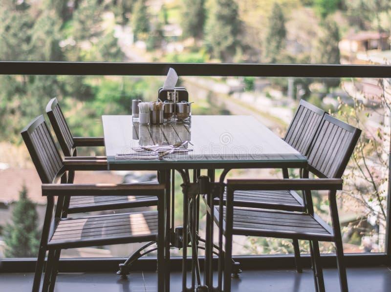 Lege Restaurantlijst met bosachtergrond stock foto's