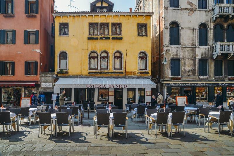 Lege restaurantlijsten aangaande de stoep in Venetië stock afbeelding
