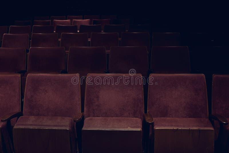 Lege rijen van rode uitstekende zetels in bioscoop stock foto's