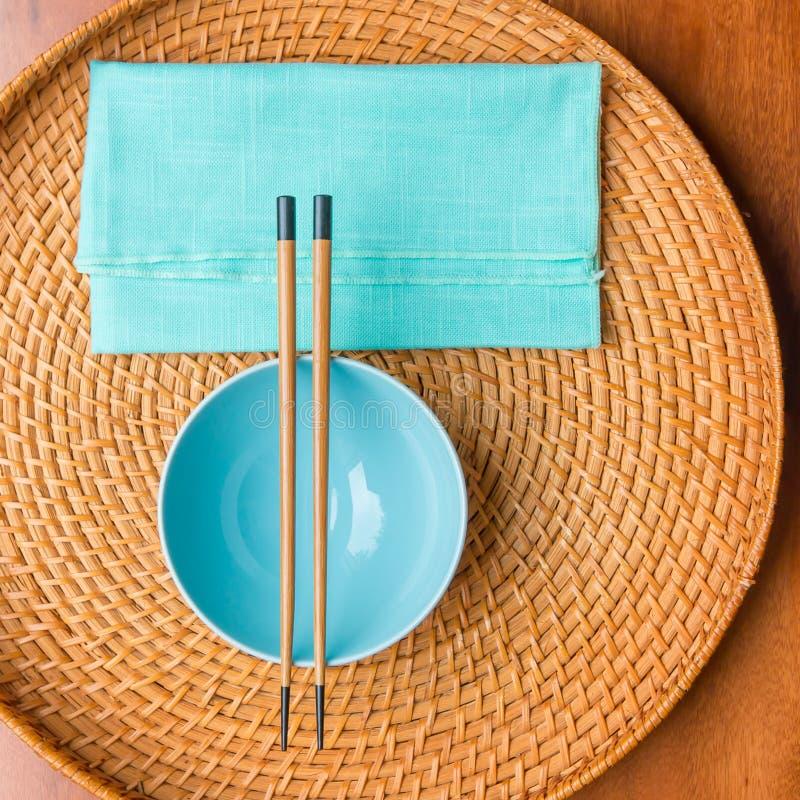 Lege rijstkom met bamboeeetstokjes royalty-vrije stock fotografie
