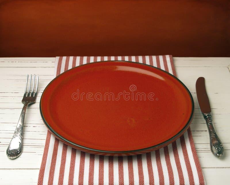 Lege rode ceramische plaat royalty-vrije stock afbeeldingen