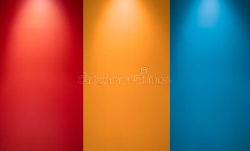 Lege rode, oranje of gele en blauwe muur met schijnwerpers Verlicht lamplicht Zaal binnenland met het licht van de plafondlamp royalty-vrije stock afbeelding