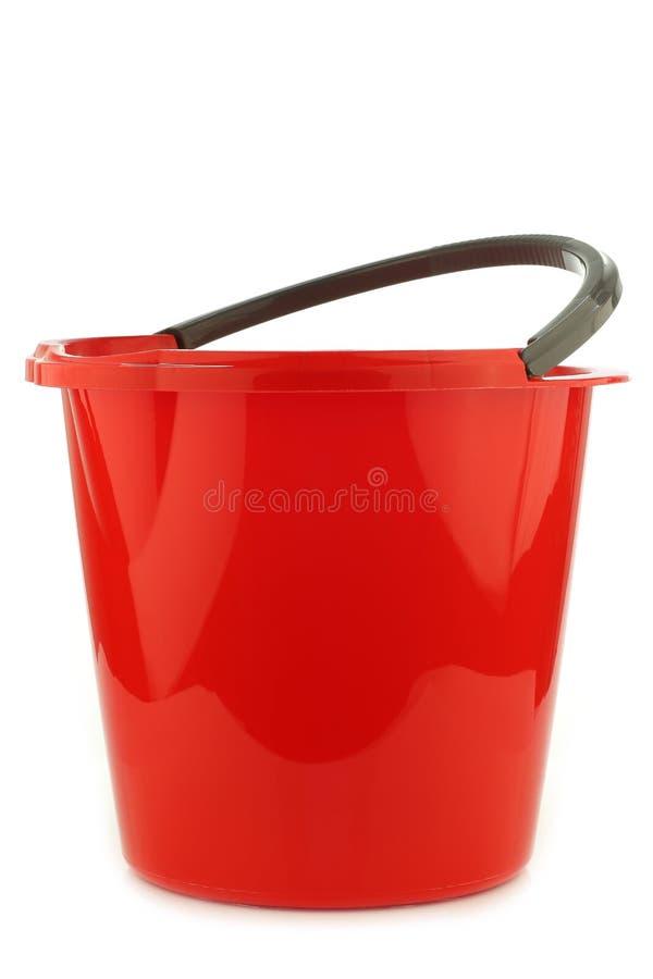 Lege rode plastic huishoudenemmer royalty-vrije stock foto