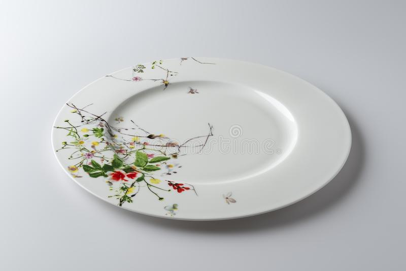 Lege ronde die schotel met geschilderde bloemen wordt verfraaid stock foto's