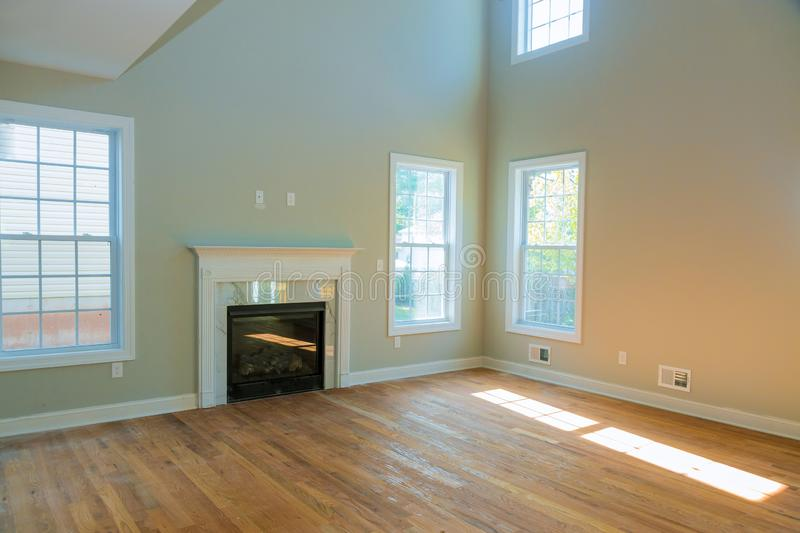 Lege ruime woonkamer met open haard nieuwe flat stock afbeeldingen