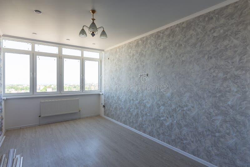 Lege ruimte in de flat na reparatie, met een groot breed venster stock foto