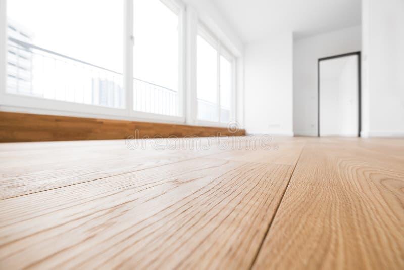 Lege ruimte, houten vloer in nieuwe flat royalty-vrije stock foto