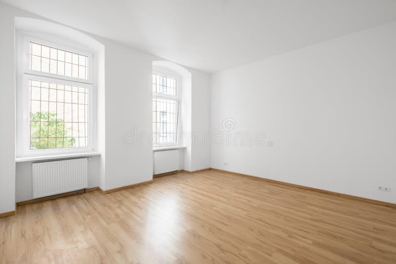 Lege ruimte, houten vloer in nieuwe flat stock afbeeldingen