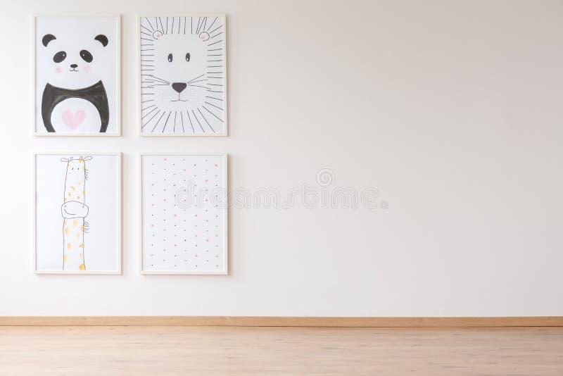 Lege ruimte met affiches royalty-vrije stock afbeelding