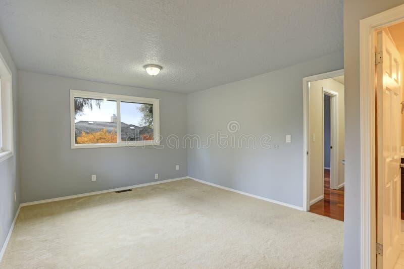 Lege ruimte met de lichtblauwe kleur van de murenverf royalty-vrije stock fotografie