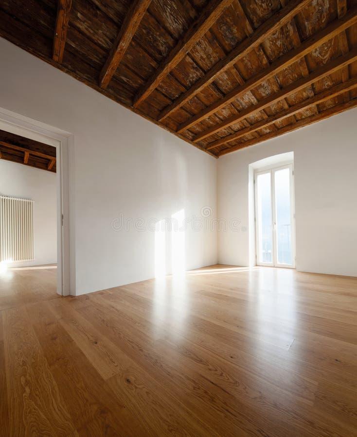 Lege ruimte met grote vensters en antieke stralen stock foto