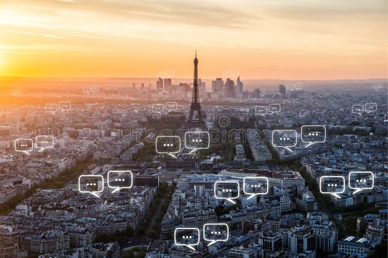 Lege ruimte voor tekst op de stad en de bellenpraatje van Parijs voor communica stock foto