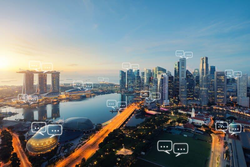 Lege ruimte voor tekst op de stad en de bellenpraatje van Singapore voor commu stock foto