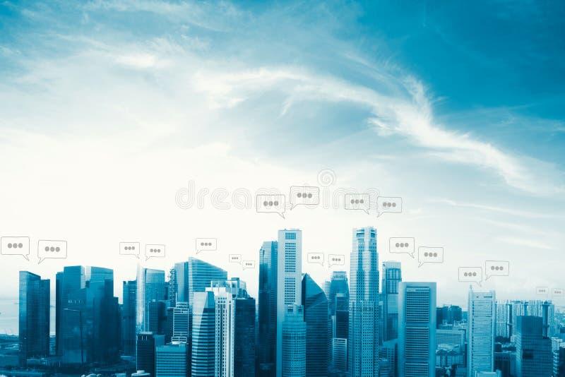 Lege ruimte voor tekst op stad en bellenpraatje voor mededeling stock afbeelding