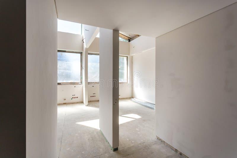 Lege ruimte zonder reparatie binnenland van witte muur stock foto