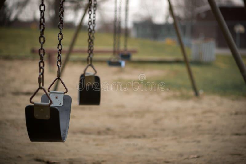 Lege Schommeling bij Speelplaats op Dull Day stock foto