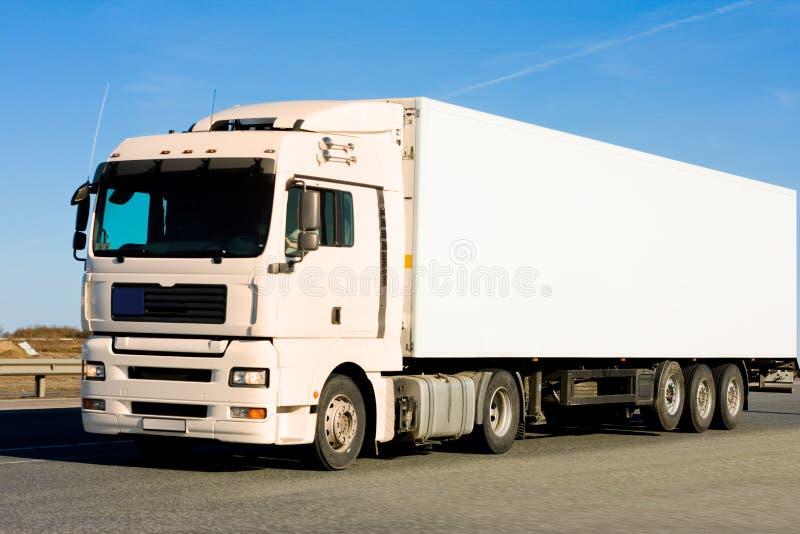 Lege schone vrachtwagen op blauwe hemelachtergrond stock afbeelding