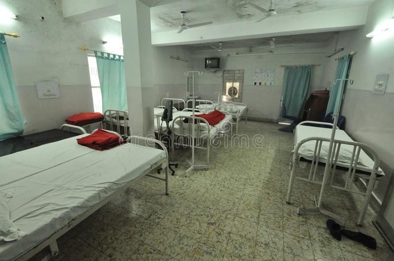 Lege slaapzaal in een kliniek in Bihar, India stock foto's